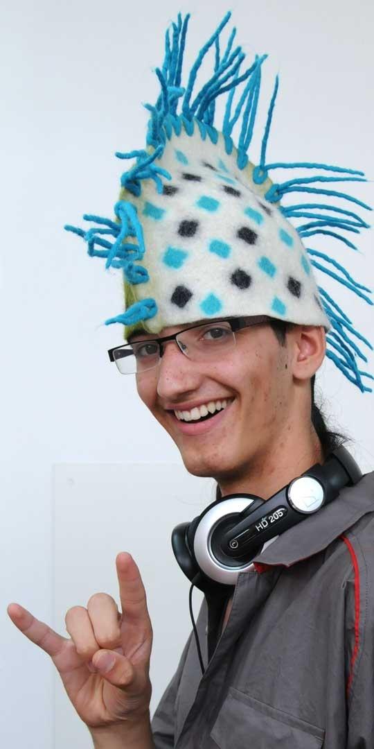 Anne Cool - Hoed (geshowed door Ike). Zin om ook bijzondere hoeden (of tassen, sloffen enz.) te maken met Anne? Er zijn nog plaatsen beschikbaar voor haar workshops bij meervilt!