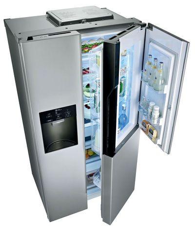 """Grâce à une porte dans la porte, le réfrigérateur """"Lancaster GW-S6039AC"""" ouvre un espace dédié aux canettes, snacks... S'y ajoute un distributeur d'eau et de glaçons installé dans la contre-porte, libérant le congélateur. D'une capacité de 614 litres, il intègre un compartiment fruits et légumes dont on peut évacuer une partie de l'air (bouton en façade), pour une meilleure conservation, classe A++ (1 999 euros, LG)."""