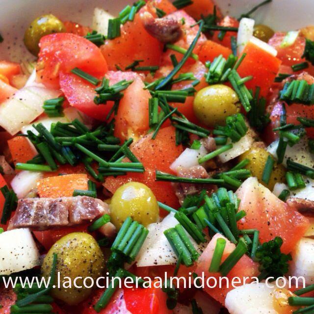 Ensalada de tomate y anchoas. Sin gluten, sin lácteos y sin almidón.
