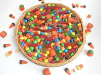 Looking for ways to use up leftover Halloween candy?   How about a Cookie Candy Pizza?!