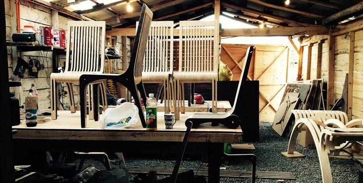 Desde una pequeña localidad costera ubicada en la zona central de Chile el arquitecto Felipe Paut da vida a una colección de mobiliario de producción artesanal
