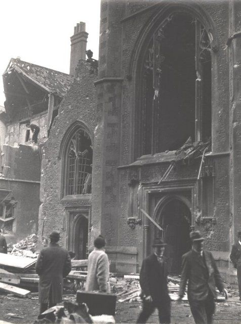 St. Laurence's church entrance.Towards the end of 1942 and the beginning of 1943, German air raids on Britain intensified. On 10 February 1943, four bombs were dropped on Reading town centre. The Town Hall on Blagrave Street was badly damaged as were businesses on Minster Street. 41 people were killed, mostly customers at the People's Pantry in Market Arcade.