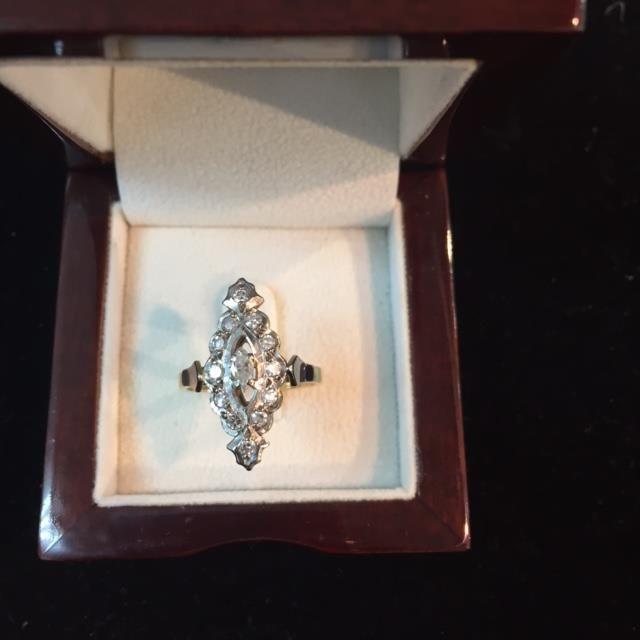 Online veilinghuis Catawiki: Wit/geel gouden antiek ring bezet met diamanten.