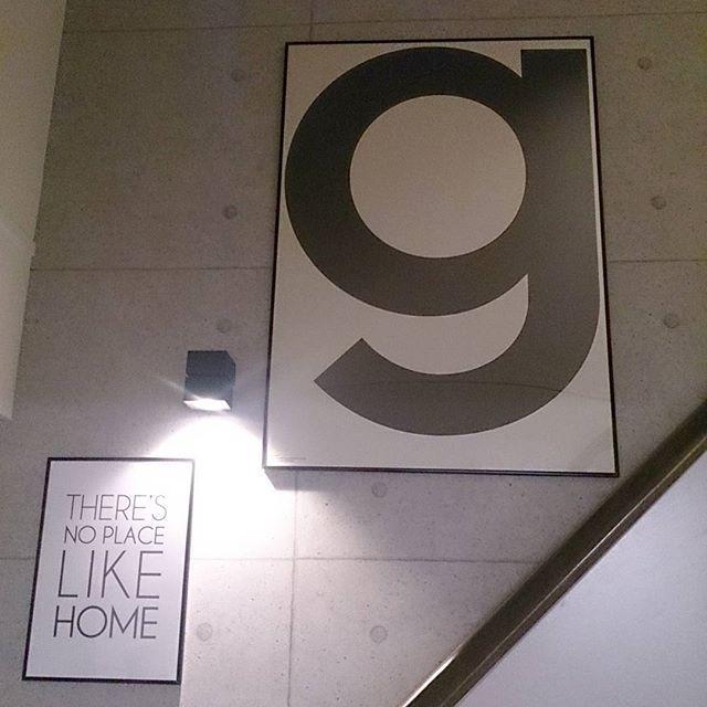 急に思い立ってポスターの位置を変えてみた  我が家のアクセントクロスは階段の吹き抜け部分のみです。打ちっぱなし風クロスがお気に入り  #リビング階段 #スケルトン階段 #オープンステア #一条工務店 #アイスマート #playtype #プレイタイプ #ポスター #モノトーンインテリア #白黒インテリア #シンプルモダンインテリア #コンクリート打ちっぱなし #コンクリート壁紙 #白黒グレー