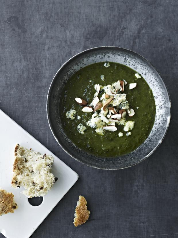 Grønnkålsuppe med ristede mandler og blåmuggost