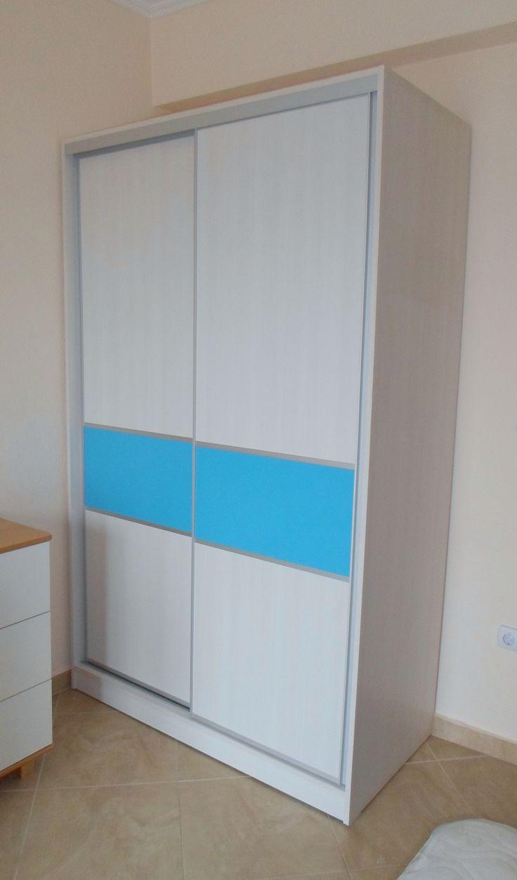 Ντουλάπα παιδικού δωματίου με συρόμενες πόρτες, ανάγλυφη μελαμίνη και γαλάζια λάκα.