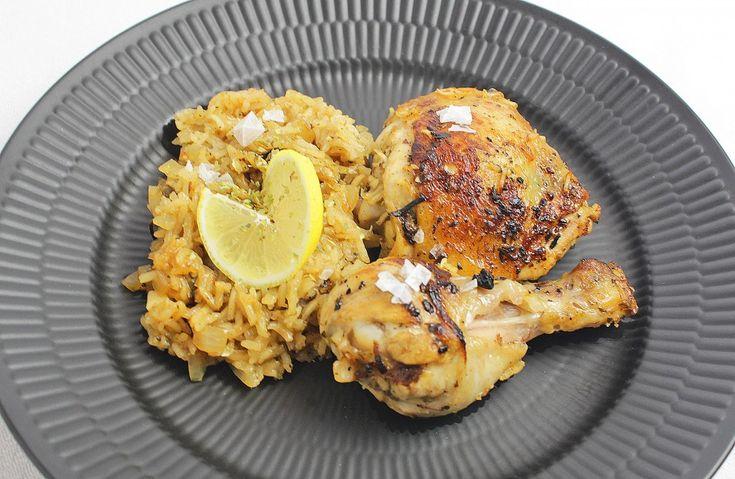 Kylling - Græsk - lavet med græske smage dog ingen feta :-)  Kylling og marinade. 5 hele kyllinge lårstykker – lår og overlår sammen 1 – 2 citroner skræl + 4 spsk. citronsaft 1 spsk. tørret oregano 4 fed hvidløg hakket 1 tsk. salt  Risene. 2 spsk. oliven olie, delt i en og en 1 lille løg fint hakket 2½ dl. ris 4 dl. boulion 1½ dl. vand 1 spsk. tørret oregano 1 tsk. salt Peber  Pynt. Fint hakket oregano Frisk revet citron sk