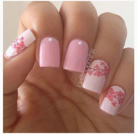 1. szuper tavaszi manikűr<br />Rózsaszín alap virágokkal