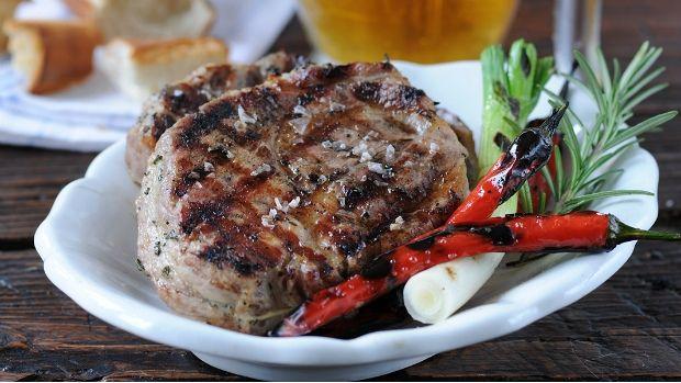 Zkuste vylepšit nejoblíbenější maso na českých grilech. Šťavnatá vepřová krkovice si zaslouží vymazlenou marinádu, která jí dodá skvělou chuť. Při samotném grilování pak použijte čerstvý rozmarýn, který přidá i neodolatelnou vůni!