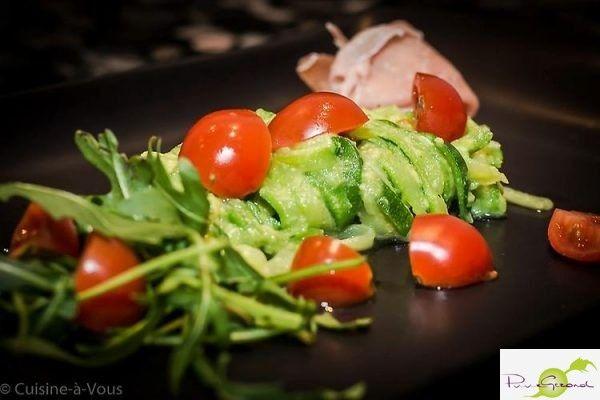 Rog gebakken in de oven, slaatje van geraspte wortelen, puntpaprika, San marzano tomaat en avocado, gemarineerd in vinaigrette