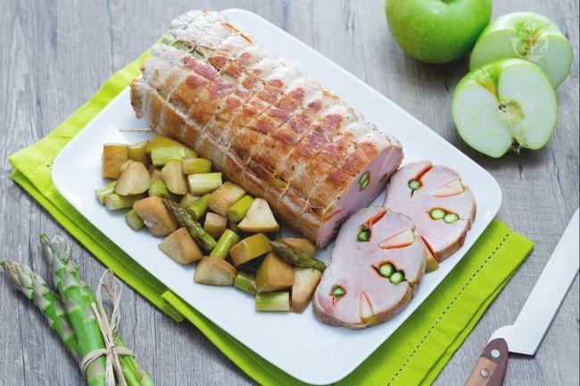 La lonza di maiale ripiena è un succulento arrosto di maiale reso più saporito e particolare da una farcitura di carote, mele e asparagi.