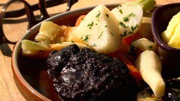 Joue de bœuf braisée  Direction l'Aveyron, une région riche en saveurs. Quand c'est un chef étoilé qui se met aux fourneaux, vos papilles explosent de joie. Voici une recette à mi-chemin entre le pot-au-feu et la daube : des joues de bœuf aux légumes de saison.