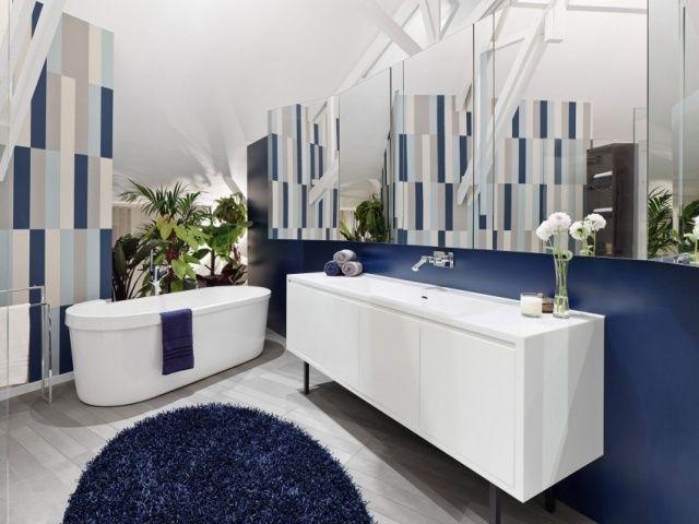 idées salle de bains baignoire ovale tapis de couleur bleue
