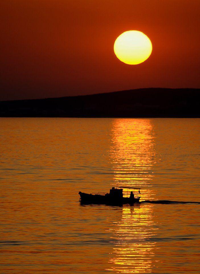 Sunset over Naxos Island, Greece CONTEMPLEI ESTA MARAVILHA!                                                                                  VERA S.A. DE LIMA.