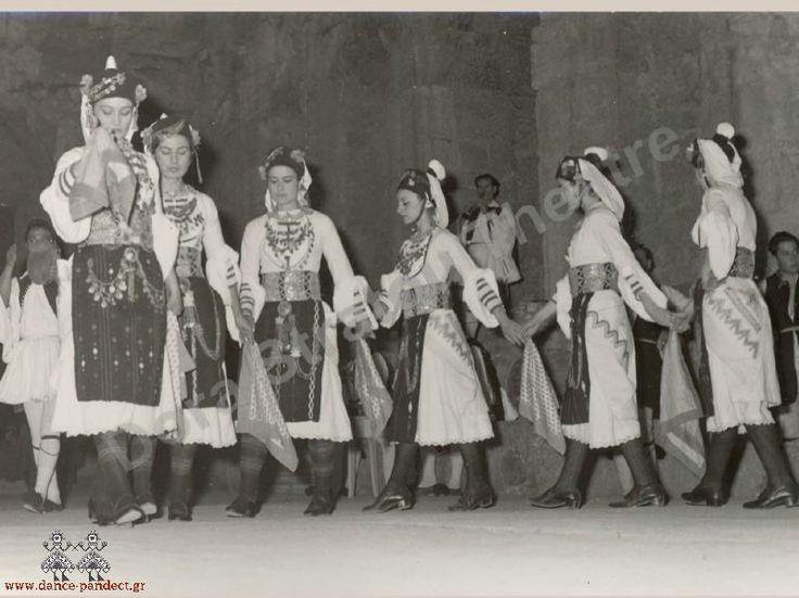 """Το συγκρότημα """"Δόρα Στράτου"""" χορεύει """"Κυρά-Μαρία"""" στο Aρχαίο θέατρο Πειραιά. Μακεδονικός χορός με λευκή φορεσιά Αλεξάνδρειας Ημαθίας, Γιδάς από το Ρουμλούκι. www.dance-pandect.gr"""