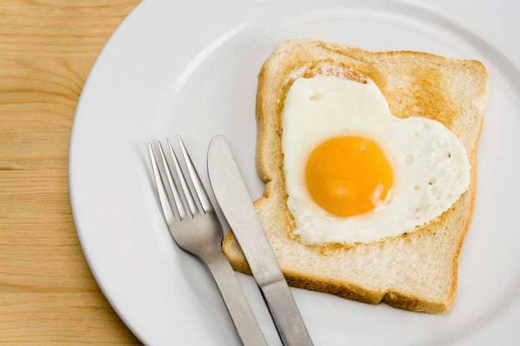 Ovo Um estudo descobriu que mulheres obesas que ingeriram um ovo pequeno por dia no almoço perderam duas vezes mais peso do que as comiam bagels (pão em forma de anel popular nos Estados Unidos). E não se preocupe com o colesterol, porque a pesquisa constatou que quem saboreia ovos não tem mais colesterol ruim.