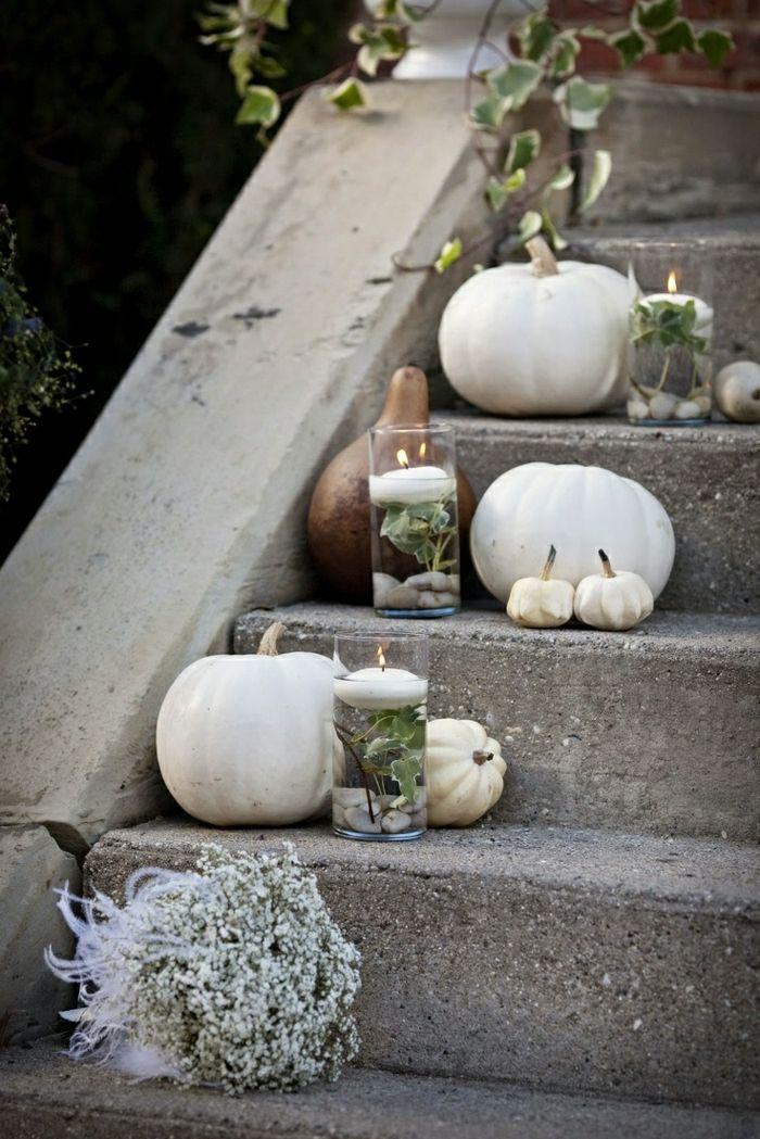 weiße-Herbst-Dekoration-Kerzen-Kürbisse-Treppen-Strauß-elegant