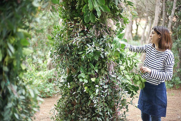 Green floral arch wedding. Arco de flores para boda en el bosque.