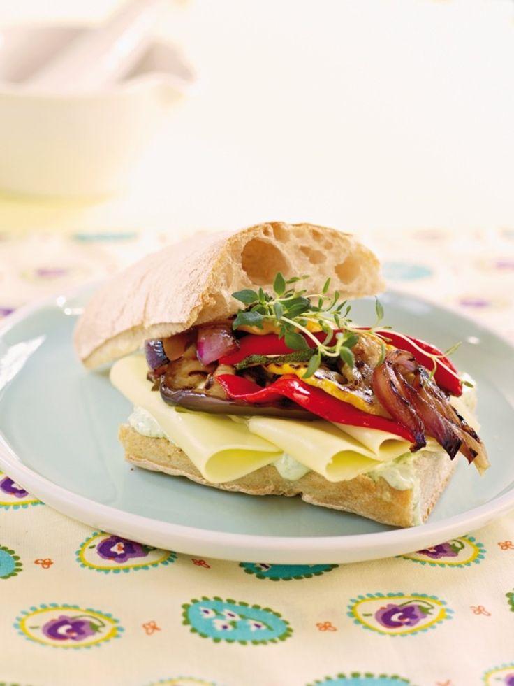 Ciabatta med ost, grillede grønnsaker og urtemajones. Perfekt å servere til lunsj eller når du skal unne deg noe godt til kvelds.