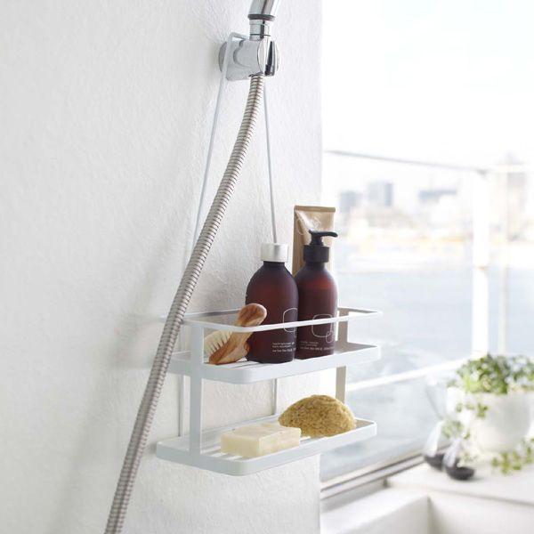 シャワーヘッドラック「タワー」  なんとシャワーヘッドに装着できるシャワーヘッドラックです。  シャワーヘッドに引っ掛けるだけで簡単に設置でき、邪魔になりません。奥行き12cmなので限られたお風呂スペースでも場所を取らずに収納できます。シャンプーボトルやバスグッズがコンパクトに収納できるのでバスルームをすっきり見せてくれます。石鹸皿やタオル小物が掛けられるフック付きです。 こちらの商品は、ホワイト、ブラック、ローズの3色からお選び下さい。   【楽天市場】シャワーヘッドラック「タワー」 シャワーフックに引っかけて使える!【シャンプーラック 収納 ラック バスグッズ バスルーム 壁面収納 小物入れ 便利グッズ アイデアグッズ 石鹸置き 石けん置き せっけん置き シンプル すっきり収納 おしゃれ スチール】:暮らしのソムリエSHOP!