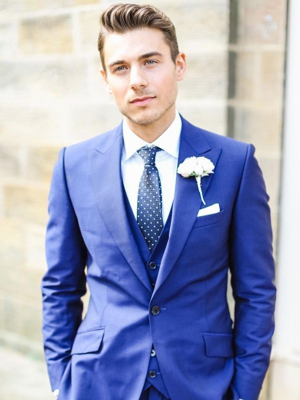 Groom look idea: Periwinkle blue suit with white boutonniere