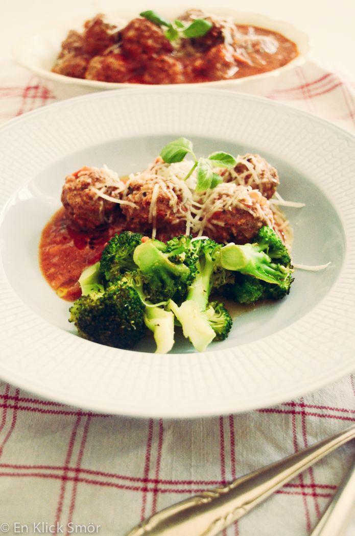 Om man vill äta italiensk behöver man ju absolut inte äta mjölmat. Det finns ju mycket annat att välja på. Här är en riktigt barnvänligt köttbulle i tomatsås som man med fördel kan äta tillsammans med vitlöksstekt broccoli eller ugnsbakad zucchini. Jag tyckte jag kom på ett väldigt smidigt att göra det på. Fördelen medRead more