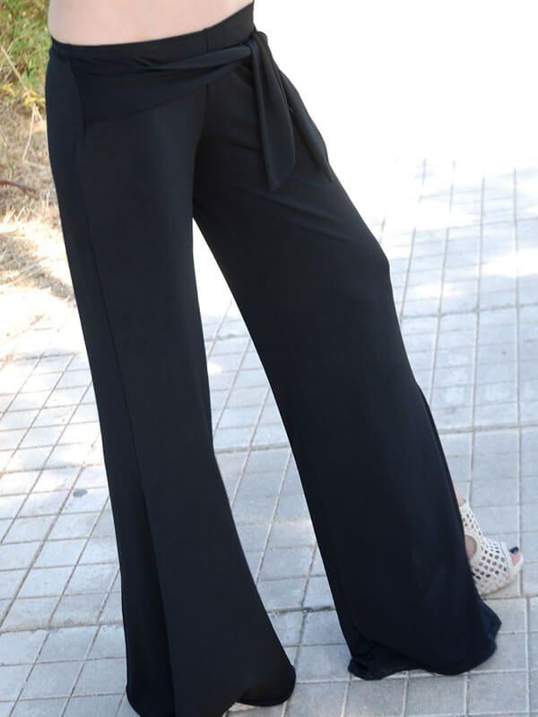 Άνετη και sexy παντελόνα χαμηλοκάβαλη με υφασμάτινο δέσιμο στην μέση και άνοιγμα χαμηλά στο πόδι από βισκόζι λύκρα. Διάθεση σε μαύρο χρώμα.