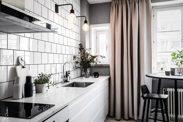 Kunden kontaktade oss för att få hjälp att renovera sin nyköpta lägenhet på 1 rok i centrala Göteborg. Han ville ha hjälp med helheten vad gällde materialval till kök, badrum och inredningi stort. Han ville även att vi skulle planera in en klädkammare då han har väldigt mycket kläder. Vi kom fram till att han …
