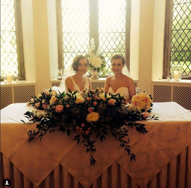 Δύο νυφικά, δύο πέπλα -Το γαμήλιο άλμπουμ δύο ομοφυλόφιλων γυναικών που εντυπωσίασε [εικόνες] | iefimerida.gr
