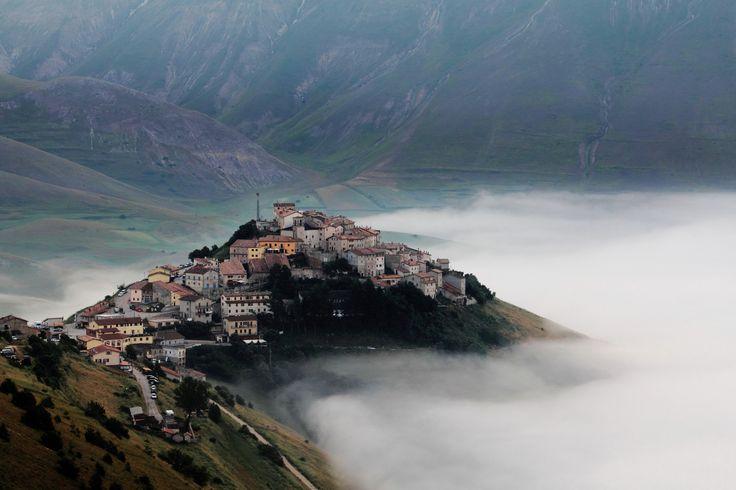 Alba a Castelluccio di Norcia  Italy Photo by Vanda Bodoardo