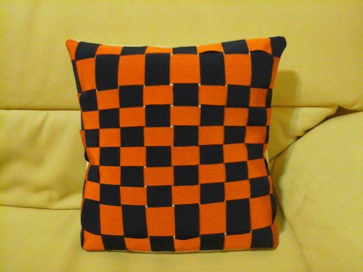 Cuscino blu e arancione
