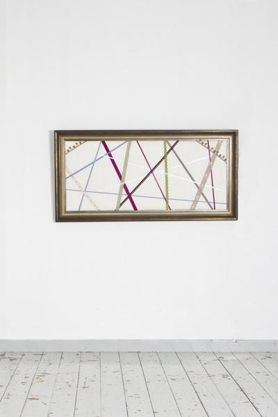 Dieser vintage Barock Rahmen ist aus Holz und wurde als Pinnwand umfunktioniert und mit ausgefallenen Bändern verziert. Diese Pinnwand wurde handge...