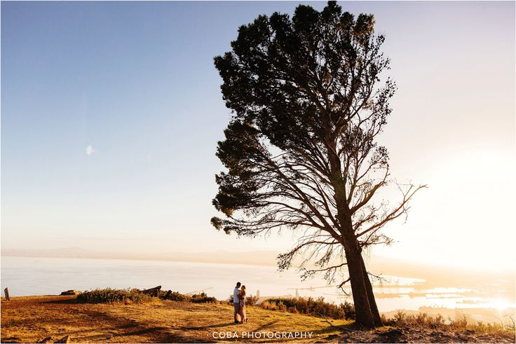 Signal Hill Engagement shoot. Cape Town couple shoot. Engagement shoot photo ideas.  Couple shoot with big tree.  Cape Town Photographer.