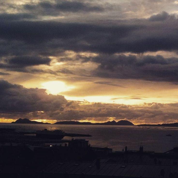 Atardecer amenazador sobre las Islas Cíes #sunset #sun #pretty #beautiful #red #orange #pink #sky #skyporn #cloudporn #nature #clouds #horizon #photooftheday #instagood #gorgeous #warm #view #night #silhouette #instasky #all_sunsets #igerspontevedra #islascies #galicia #spain #galifornia