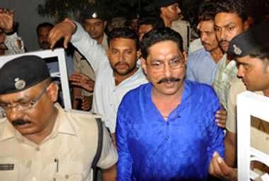 बाहुबली विधायक अनंत सिंह ने एक बार फिर दबंगई दिखाई है। भागलपुर जेल में बंद विधायक ने बाढ़ के डीएसपी को फोन पर जान से मारने की धमकी दी है। फोन भागलपुर जेल से डीएसपी के मोबाइल पर किया गया था। View more Bihar Election News - http://www.jagran.com/bihar-election2015.html
