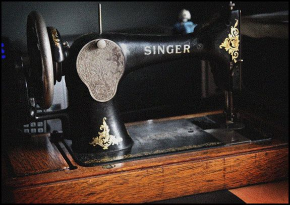 .The identification of vintage Singer sewing machinesSewing Room, Identification, Vintage Sewing, Vintage Singer, Sewing Machinesmak, Vintage Machine, Singer Machine, Singer Sewing Machine, Antiques Singer