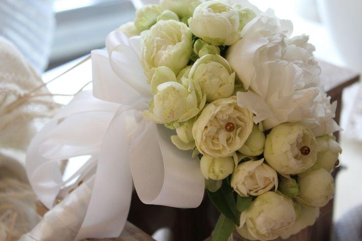 #corflor #peoniebianche #rosellinebianche #margheritebianche #comunioni #bouquetpercomunioni www.corflor.it