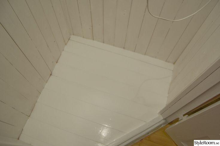 vitt golv,gå-in-skafferi,hörnskafferi,platsbyggt skafferi