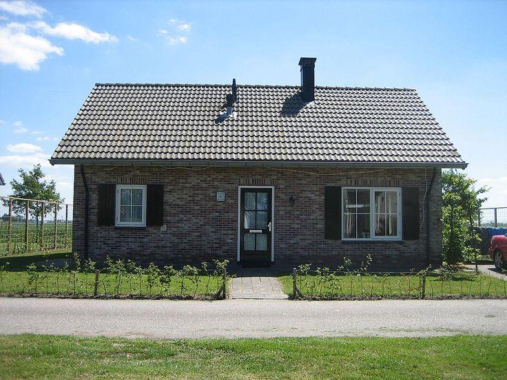 Vakantiehuis type Horizon, voor grote gezinnen met 6 personen op Bungalowpark De Friese Wadden  De vrijstaande vakantiewoning heeft 3 slaapkamers met in totaal 6 bedden. Er is een houtkachel, wasmachine, wasdroger en vaatwasmachine en draadloos internet. De tuin is ruim (400 m²) en heeft vrij uitzicht. Er is centrale verwarming aanwezig, zodat het ook voor de koudere maanden zeer geschikt is. Bezoekers van dit vakantiehuis geven hun vakantie een 9,0!