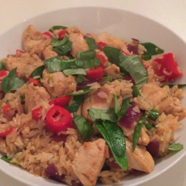 Try this super quick and easy sweet chilli and basil chicken fried rice. Yes the sweet chilli sauce contain sugars but this is fine post workout as we want to get an insulin response to shuttle the nutrients into your muscles quickly This makes it a great post workout meal  #Leanin15