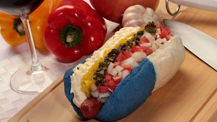 """Copa do Mundo 2014  """"Hot Dog Argentina"""" tem maionese de alho, linguiça, vinagrete, pimentão amarelo e molho chimichurri"""