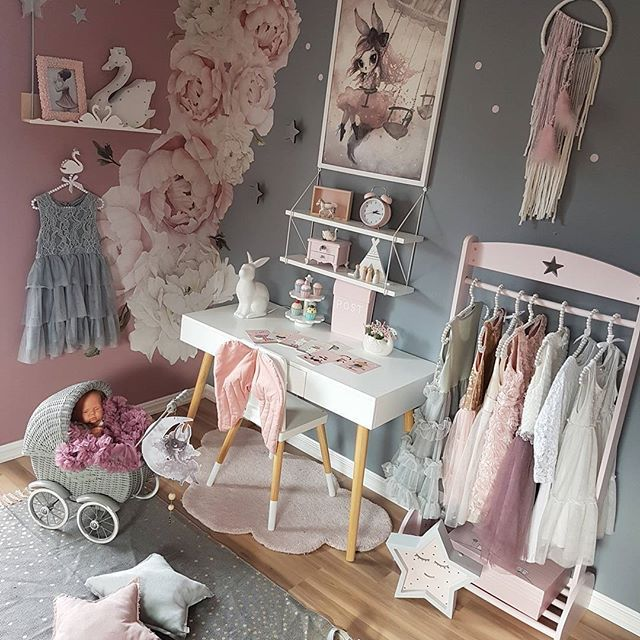 God kveld 🌠 Jeg synes at skrivebordet passer inn på begge veggene. Så jeg blir så usikker på hvor det skal stå 🙈🙊 Hva synes dere? ❤ - @babyshop.no #babyshopno #gulvteppe #donebydeer #ad @carmell.no #carmell #mrsmighetto #veggdekor #dots #stickstay #missastrid #decor @rockymountaindecals #flower #wallstickers #barnerom #kidsroomdecor #nursery #nurseryinspo #bedroom #kinderkamer #barnrum #kidsinterior #pink #grey #girlsroom #jenterom #instagood