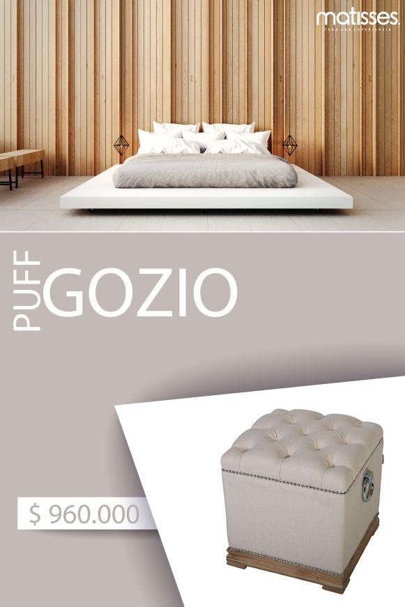 Gozio es un puff en madera tapizado en tela colo beige tipo capitoné; su diseño inspirado en el estilo vintage cuenta con detalles de herrajes que lo hacen un pieza en única en la decoración
