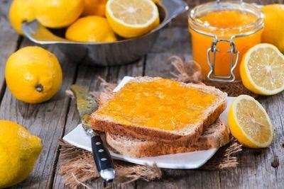 citronová marmeláda  1 kg citronů omyjte a zbavte ,bubáků'. Dejte do velkého hrnce, zalijte 2,5 l vody, přiveďte k varu 2,5 hod Až citrony vychladnou, dejte stranou. Odměřte vodu 1,5 l nařeďte vodou či svařte. Citrony rozpulte a odstraňte pecky. Pak dužinu i s kůrou nakrájejte na proužky, dejte do hrnce. Pecky zabalte do plátýnka a také vložte do hrnce. Přisypte 2 kg kryst cukru a promíchejte, aby se rozpustil. Zprudka vařte asi 20 minut. Džem rozlijte do sklenic, zavíčkujte a obraťte