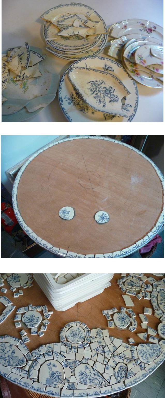 Table en mosaïque à partir de vaisselle cassée.