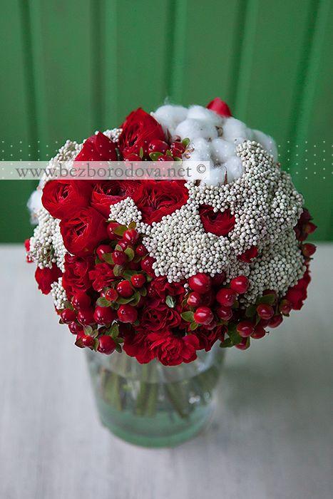 Красный свадебный букет из ранункулюсов, роз, ягод гиперикума с хлопком и белым озотамнусом