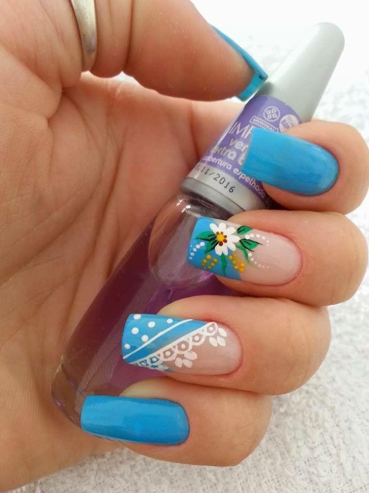 Uñas celeste y flor blanca