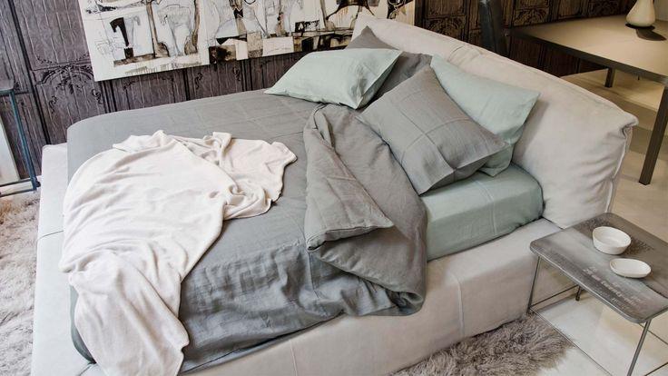 OPERART suggestive design - Show-room Expo 2015 Zona notte Baxter_Paris letto + Ivano Redaelli_Leon tappeto Biancheria letto in lino