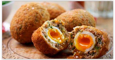 Scotch Eggs sind eine typische schottische Mahlzeit. Sie sind in fast allen Supermärkten zu finden und können kalt, sowie auch warm gegessen werden.