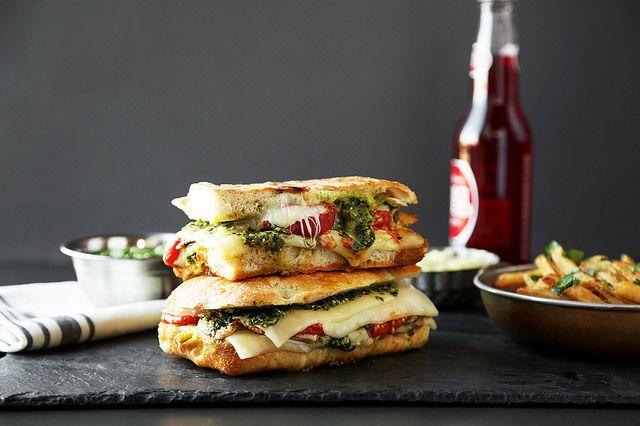 sandwich de tomate, pesto, queso y pollo con mayonesa de palta